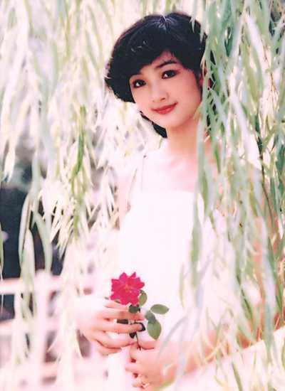 Hoa hậu Giáng My vừa tung trên trang cá nhân hình ảnh xuất hiện trên lịch một thời của chị. Ở tuổi 18, hoa hậu để tóc ngắn, uốn xoăn tít.