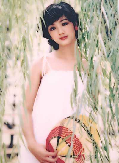 Kiểu tóc ngắn uốn xoăn trẻ trung là mốt của Hà Nội một thời.