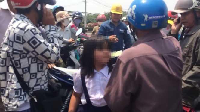 Bé gái được người dân giúp đỡ - Ảnh: cắt từ clip
