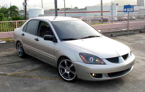 Mitsubishi Lancer đời 2005 cũ có giá khoảng 300 triệu.