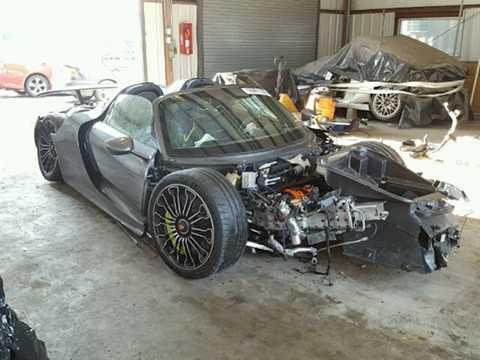 Chiếc siêu xe Porsche 918 Spyder bị tai   nạn này hiện đang được rao bán trên trang Copart của Mỹ và nằm ở New   York. Nó là chiếc thứ 830 trong tổng số 918 xe được Porsche sản xuất, và   mới chỉ chạy được 92 dặm (148 km).