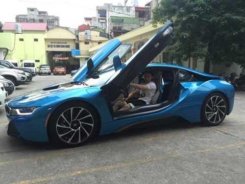 Nhiều thông tin khẳng định, chiếc xe là món quà Jackson Trần nhận từ người bố - một đại gia trong lĩnh vực kinh doanh xây dựng. Chiếc BMW i8 thường xuyên được chàng thiếu gia lái dạo phố ở Hà Thành.