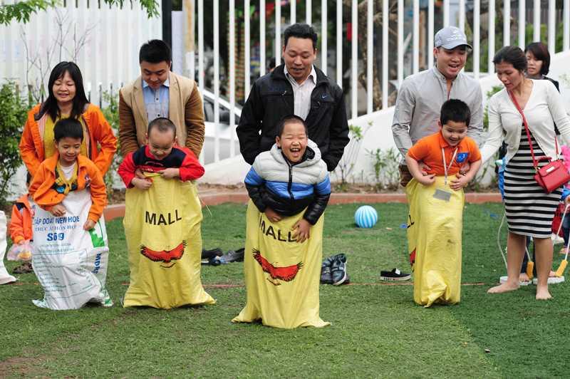 Trẻ cùng bố mẹ thi tài trong trò chơi nhảy bao bố