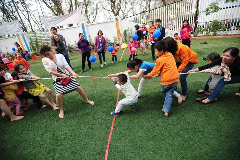 Trẻ chơi trò kéo co thu hút đông đảo phụ huynh và học sinh tham gia