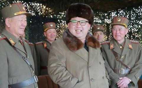 Lãnh đạo Triều Tiên Kim Jong-un (giữa) và các tướng lĩnh nước này. Ảnh AFP