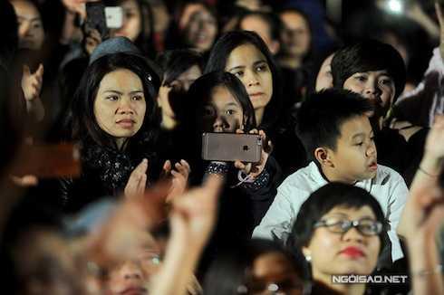Vợ anh và hai con cũng đến dự buổi sinh nhật của Bức Tường. Chị Hoa cùng hai bé Bình Minh, Minh Tú ngồi lẫn giữa đám đông.