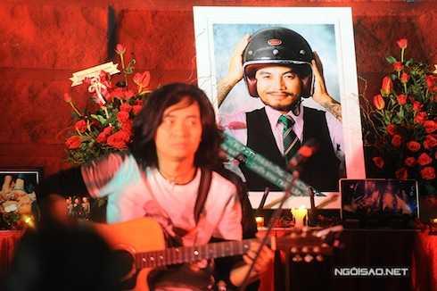Bức ảnh Trần Lập như một 'chiến binh' với nụ cười mỉm được đặt ở vị trí trang trọng trên sân khấu.