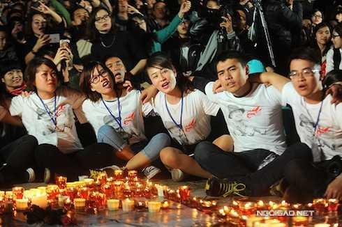 Fan ngồi trên sân, cùng khoác vai nhau hát vang những ca khúc của Bức Tường.