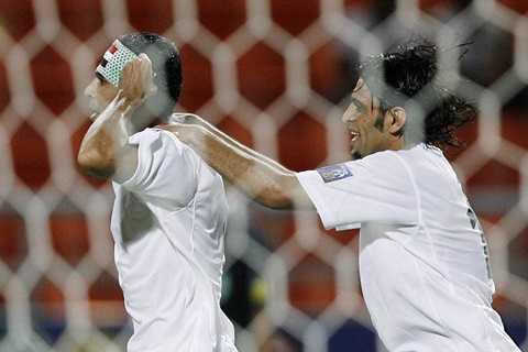 Hình ảnh ăn mừng đáng nhớ của đội trưởng Younis Mahmoud