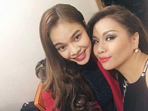 Nữ ca sĩ Giang Hồng Ngọc chia sẻ ảnh chụp cùng đồng nghiệp trong chuyến lưu diễn châu Âu.