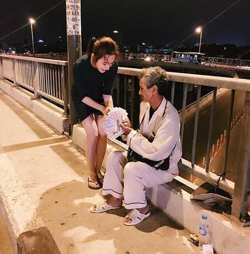 Angela Phương Trinh tặng bữa tối cho những người nghèo, những người vô gia cư trên đường phố Sài Gòn.