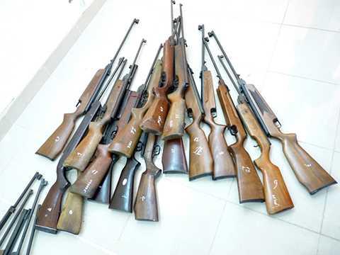 Hàng chục khẩu súng bị công an Hải Phòng thu giữ tại một cửa hàng cung cấp vũ khí.
