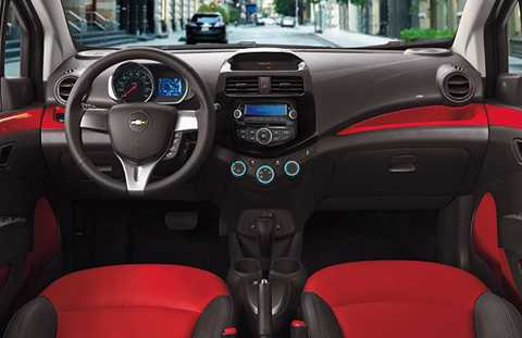 Trên phiên bản LTZ cao cấp nhất, nội   thất của Spark có tiện nghi vừa đủ với vô-lăng bọc da, màn hình hiển   thị đa thông tin, kết nối AUX và hỗ trợ chơi MP3.