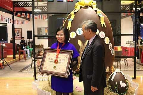 Đại diện Almaz nhận bằng và huy chương chứng nhận từ Tổ chức Kỷ lục Việt Nam