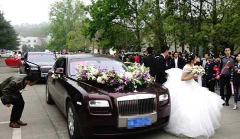 Ngày 26/3, tại khu Song Lưu, thành phố   Thành Đô, tỉnh Tứ Xuyên, Trung Quốc, diễn ra đám cưới rất hoành tráng   của một gia đình có điều kiện. Theo tờ QQ, số lượng khách mời lên tới   hơn 2.000 người. Đám cưới còn gây chú ý bởi dàn siêu xe rước dâu gồm   toàn những dòng xe sang hạng nhất, dẫn đầu là chiếc mang thương hiệu   Rolls-Royce.
