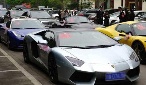 Tiếp theo đó là hàng loạt xế xịn Ferrari, Lamborghini, Bentley...