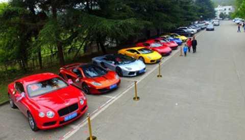 Chỗ đỗ xe khiến người ta có cảm giác như đang ở một triển lãm xe ô tô.
