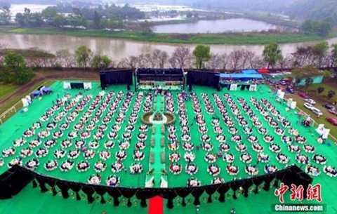 Có khoảng 215 bàn tiệc được bày ra tại một khoảng đất rộng.