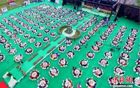 Không gian tiệc cưới được trang hoàng tỉ mỉ từ khu vực cổng vào đến sân khấu.