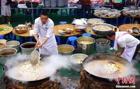 Các đầu bếp phải làm việc hết công suất chuẩn bị lượng cỗ cưới lớn.