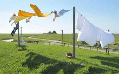 Các nhà nghiên cứu đang nghiên cứu phát triển một loại quần áo có thể tự trở nên sạch sẽ mà không cần giặt, chỉ cần mang ra ánh sáng.