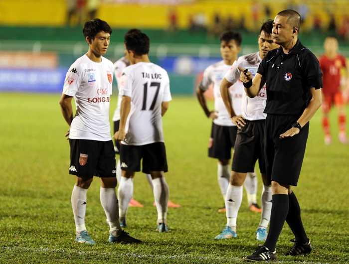 Trong tai Nguyen Trong Thu da sai khi cho tran TP.HCM vs Long An ket thuc som hinh anh 1