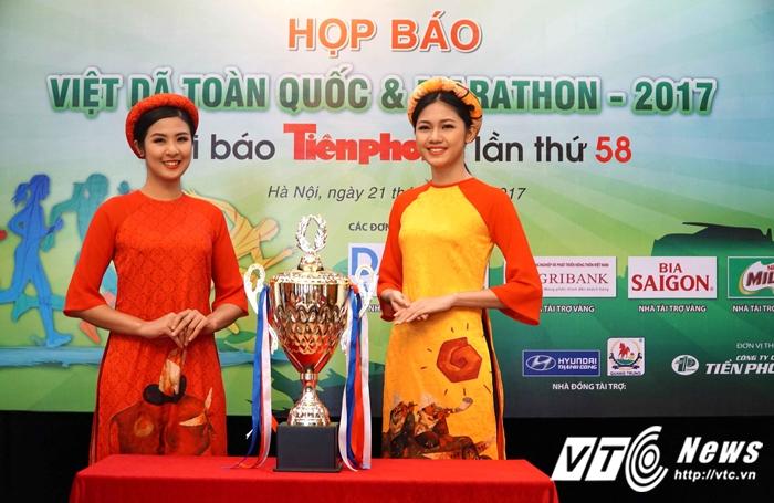 Hoa hau, A hau Viet Nam gay 'soc' khi tham gia chay marathon hinh anh 2