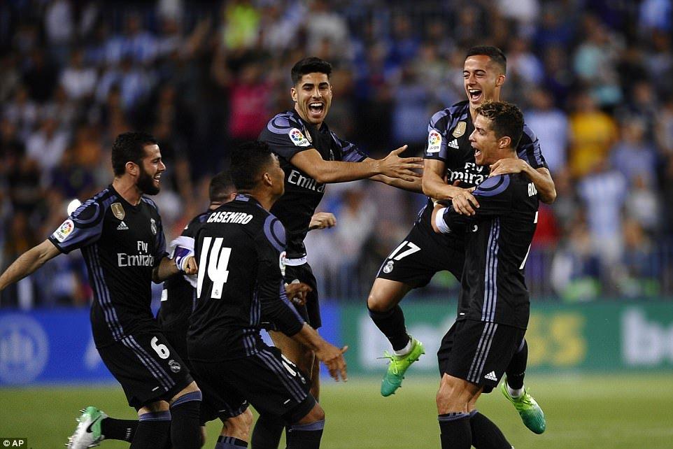 Real Madrid an mung chuc vo dich La Liga giua bien nguoi hinh anh 1