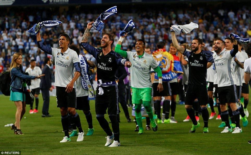 Real Madrid an mung chuc vo dich La Liga giua bien nguoi hinh anh 3