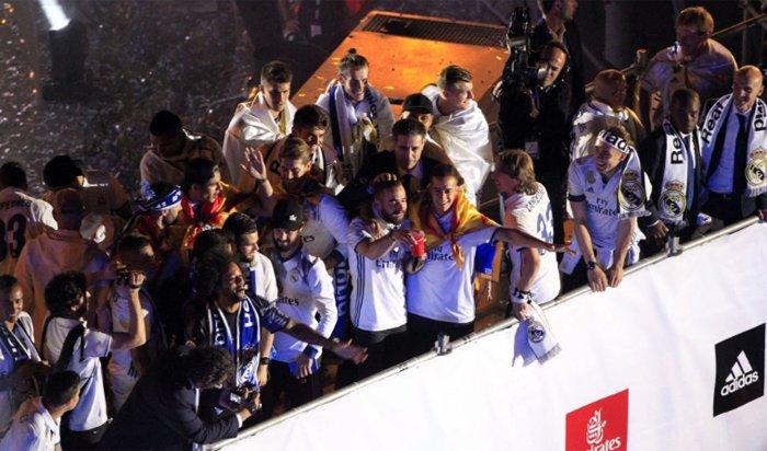 Real Madrid an mung chuc vo dich La Liga giua bien nguoi hinh anh 12