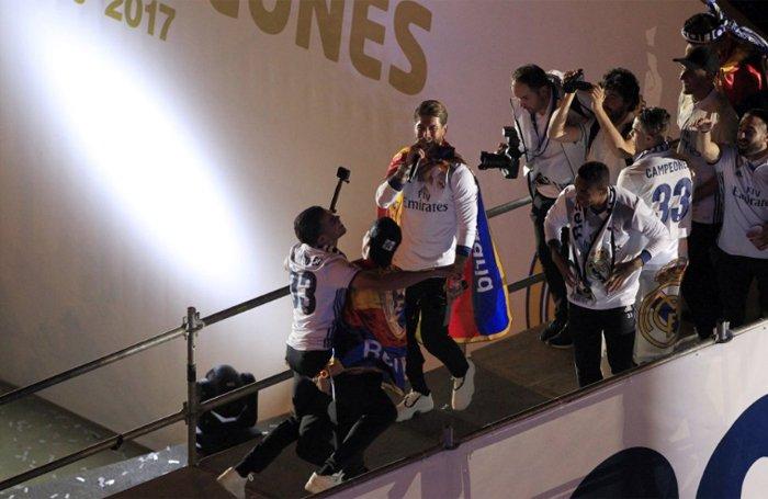 Real Madrid an mung chuc vo dich La Liga giua bien nguoi hinh anh 7