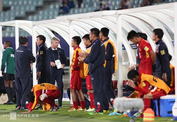 Vi sao HLV Hoang Anh Tuan quat thao khi cau thu U20 Viet Nam guc xuong san? hinh anh 1