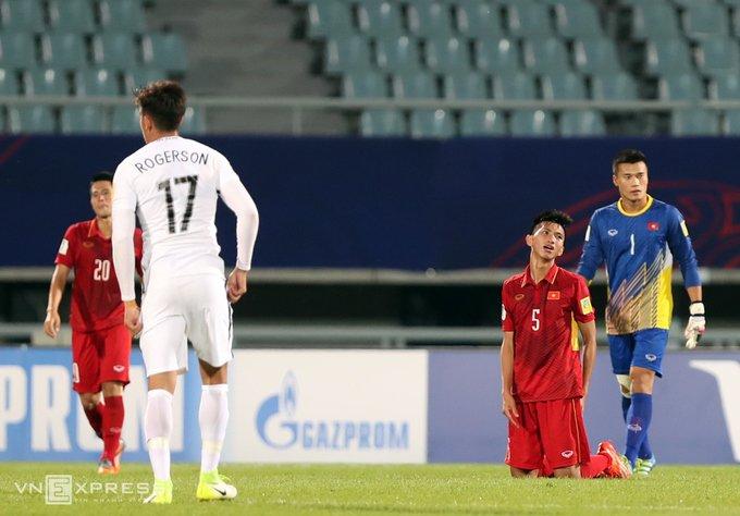 Vi sao HLV Hoang Anh Tuan quat thao khi cau thu U20 Viet Nam guc xuong san? hinh anh 2