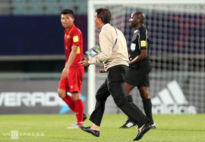 Vi sao HLV Hoang Anh Tuan quat thao khi cau thu U20 Viet Nam guc xuong san? hinh anh 3
