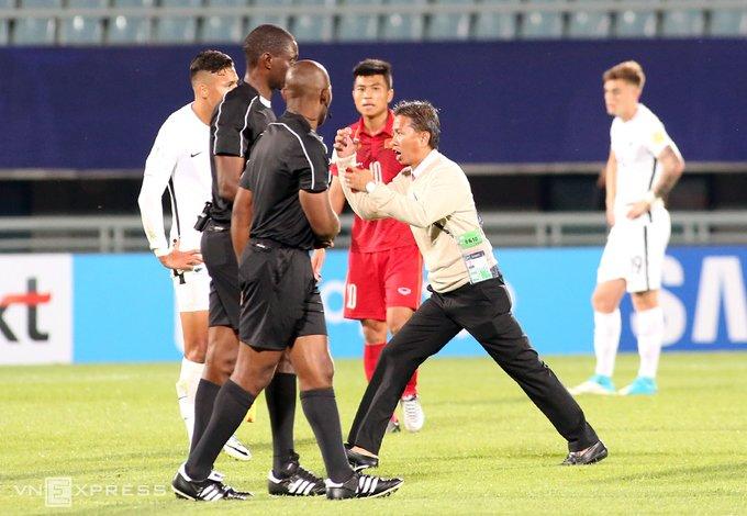Vi sao HLV Hoang Anh Tuan quat thao khi cau thu U20 Viet Nam guc xuong san? hinh anh 4