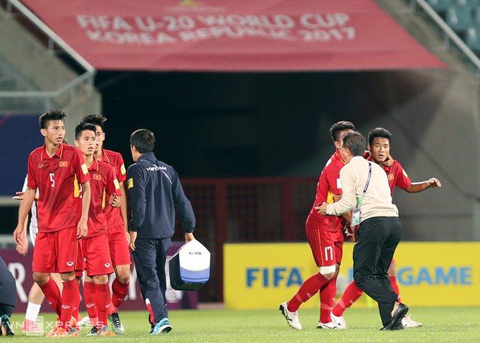 Vi sao HLV Hoang Anh Tuan quat thao khi cau thu U20 Viet Nam guc xuong san? hinh anh 5