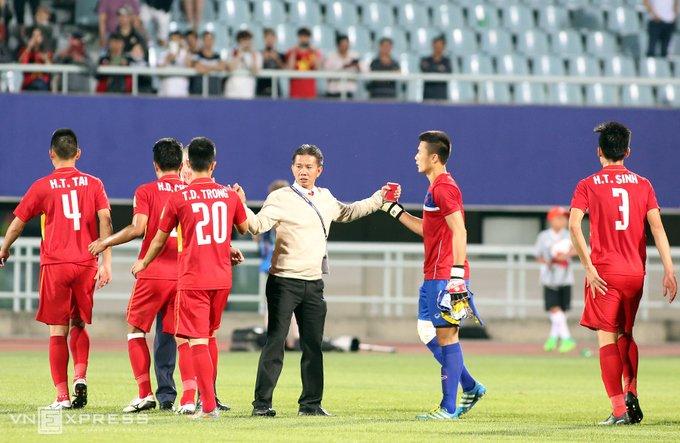 Vi sao HLV Hoang Anh Tuan quat thao khi cau thu U20 Viet Nam guc xuong san? hinh anh 6