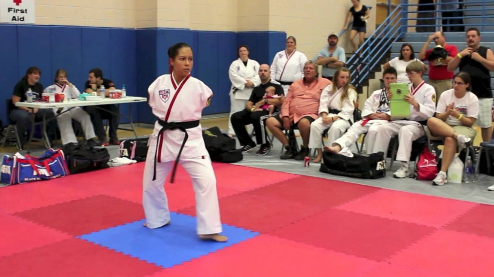 Video: Co gai cut tay lai may bay bang chan, gianh dai den Taekwondo hinh anh 1