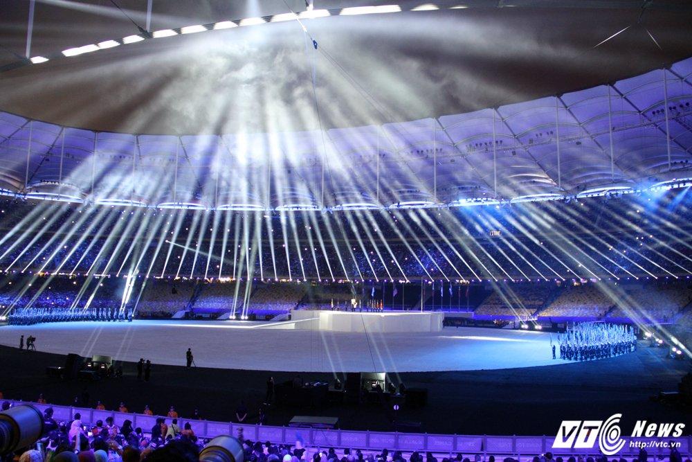 Khai mac SEA Games 29: Phao hoa ruc troi, VDV bay len thap sang dai duoc hinh anh 5
