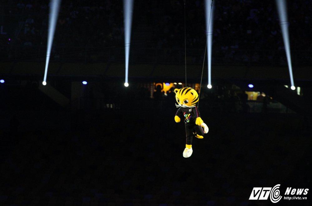 Khai mac SEA Games 29: Phao hoa ruc troi, VDV bay len thap sang dai duoc hinh anh 3