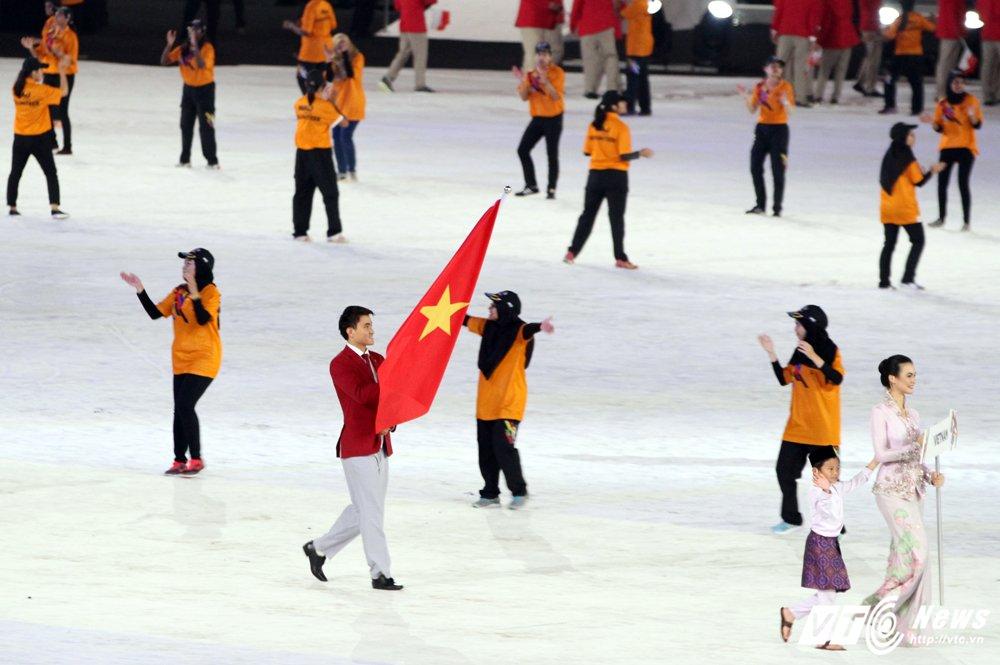 Khai mac SEA Games 29: Phao hoa ruc troi, VDV bay len thap sang dai duoc hinh anh 6