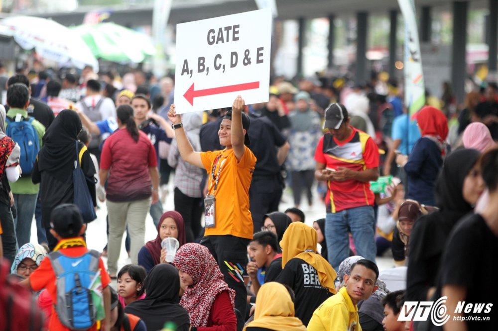 Ngan nguoi Malaysia do ra duong cho gio chia tay SEA Games 29 hinh anh 1