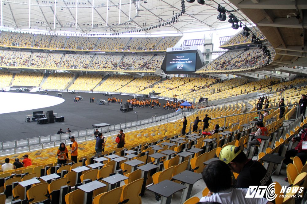 Ngan nguoi Malaysia do ra duong cho gio chia tay SEA Games 29 hinh anh 9