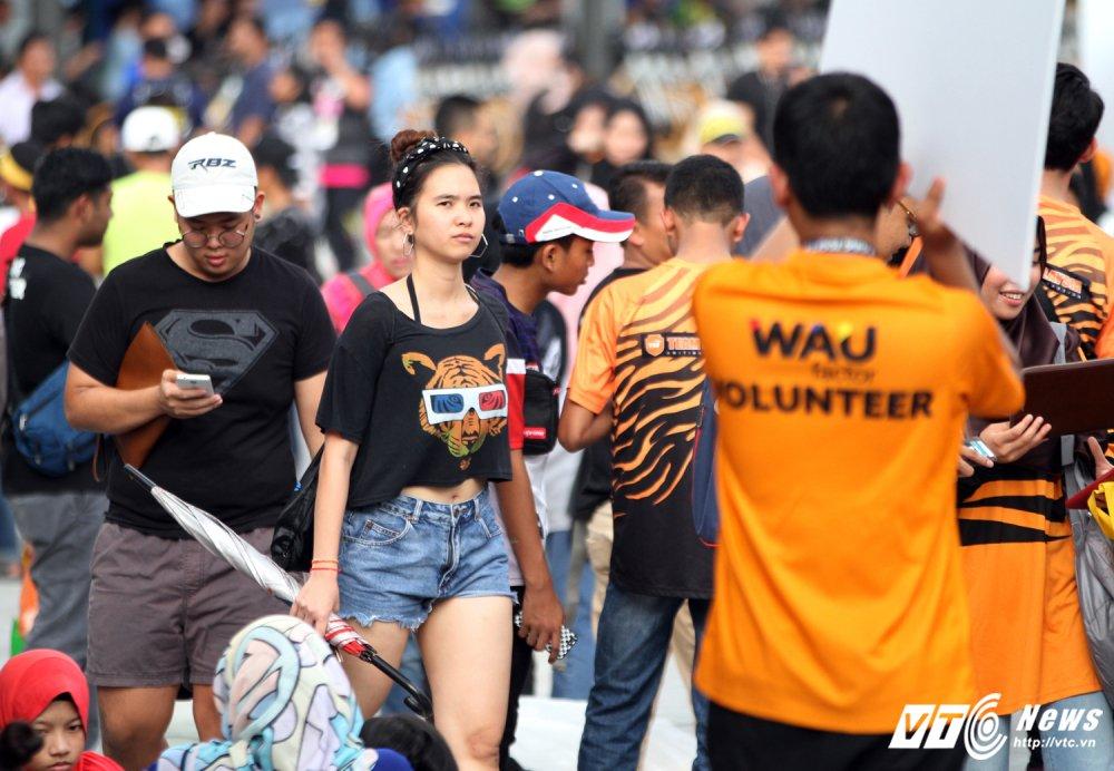 Ngan nguoi Malaysia do ra duong cho gio chia tay SEA Games 29 hinh anh 2