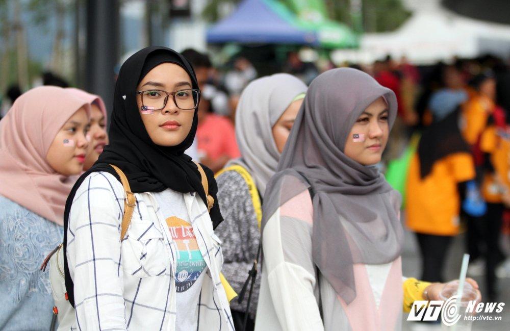 Ngan nguoi Malaysia do ra duong cho gio chia tay SEA Games 29 hinh anh 3