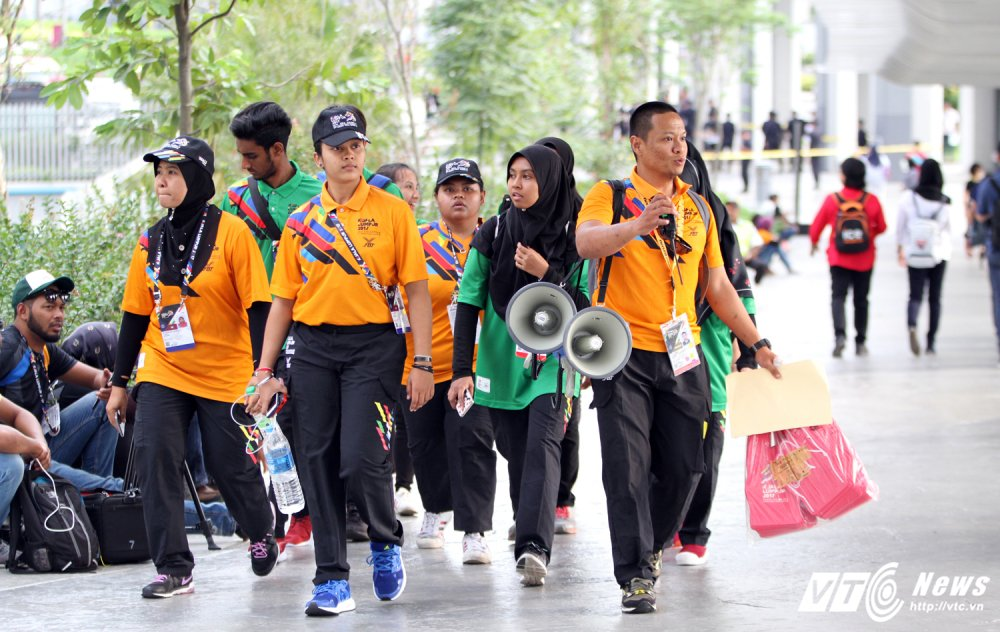 Ngan nguoi Malaysia do ra duong cho gio chia tay SEA Games 29 hinh anh 4