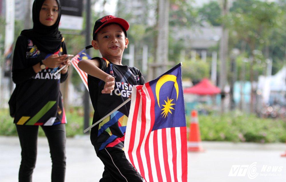 Ngan nguoi Malaysia do ra duong cho gio chia tay SEA Games 29 hinh anh 5