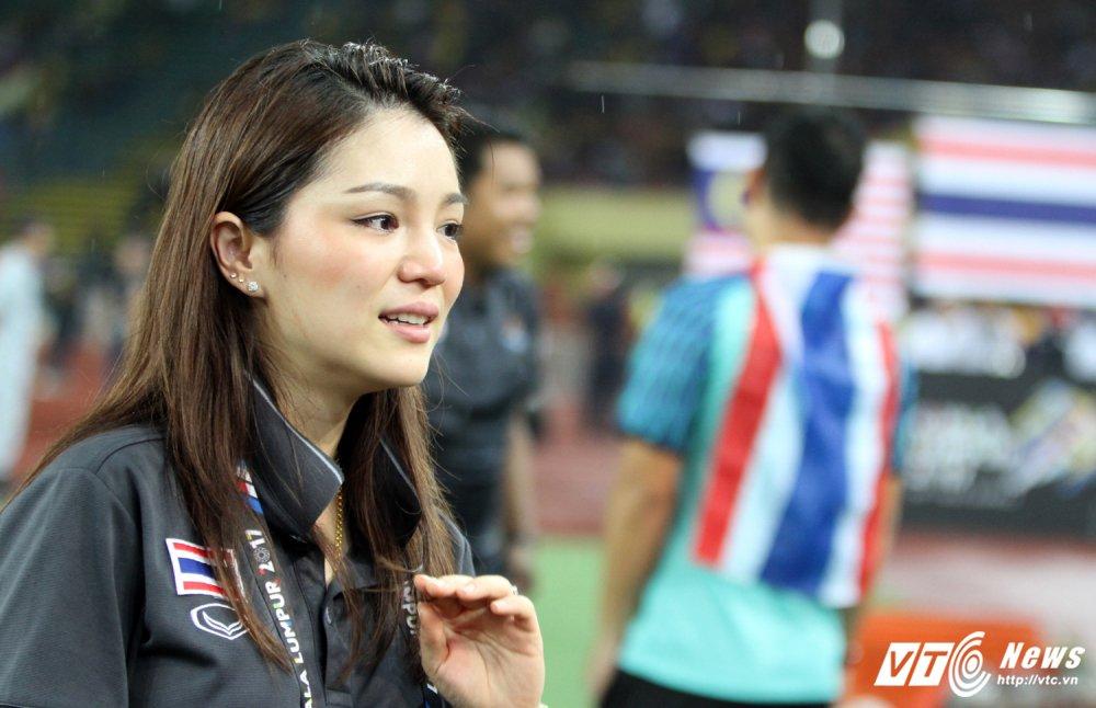 U22 Thai Lan vo dich, nu truong doan xinh dep khoc nhu mua hinh anh 8