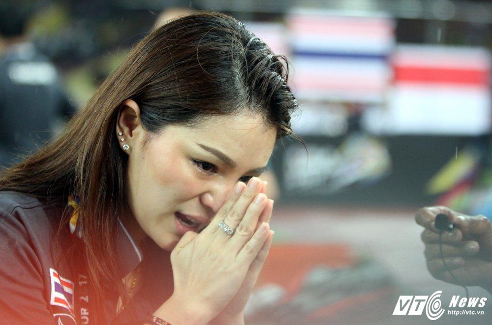 U22 Thai Lan vo dich, nu truong doan xinh dep khoc nhu mua hinh anh 7