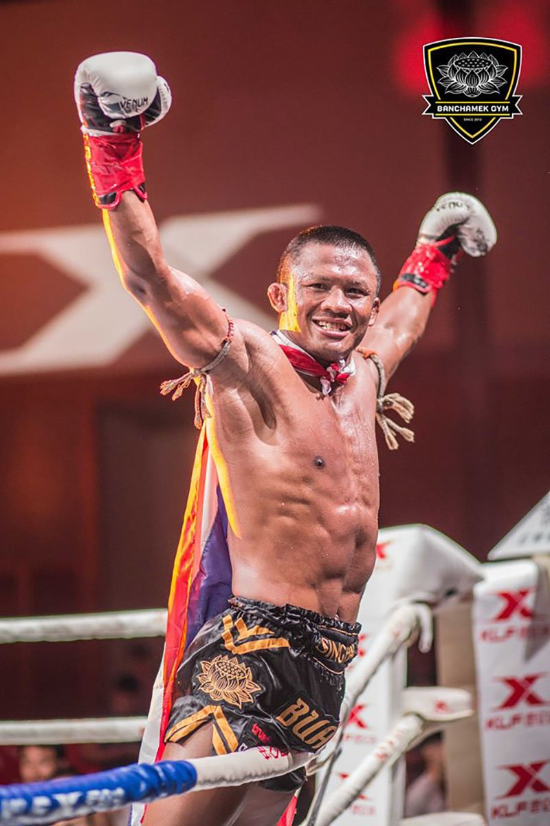 Den luot 'Thanh Muay' Buakaw danh doi thu bat tinh o Trung Quoc hinh anh 13
